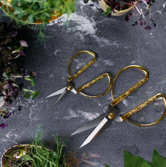 Фото 2 - Ножницы с золотистыми ручками.