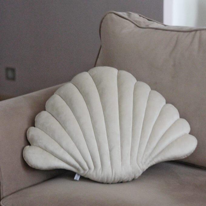 Фото 2 - Бархатные подушки Shell сливочный -15%.