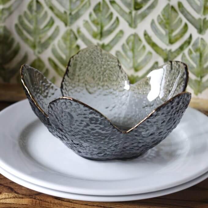 Фото 3 - Вазы-салатники в форме цветка из дымчатого стекла.