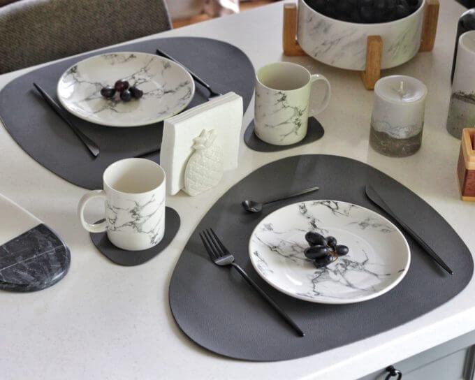 Фото 4 - Серая кожаная салфетка для стола.