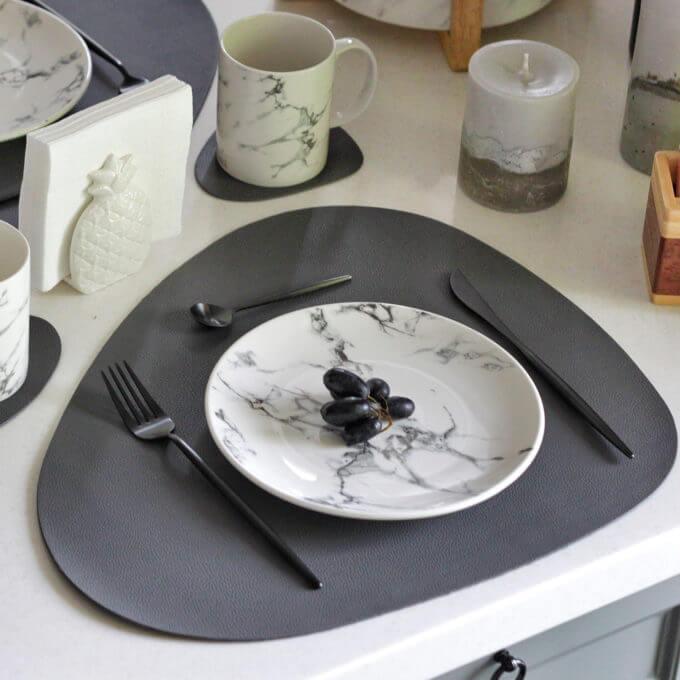 Фото 1 - Серая кожаная салфетка для стола.
