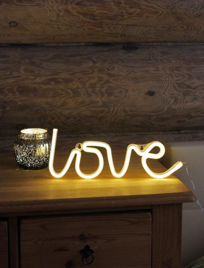 Фото 1 - Светящаяся надпись love.