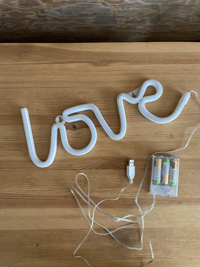 Фото 2 - Светящаяся надпись love.