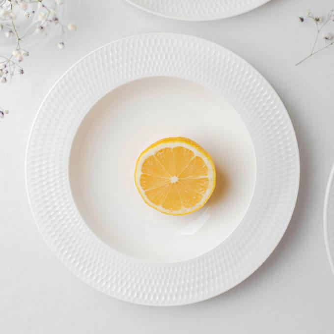 Фото 1 - Глубокая белая тарелка с тисненым краем.