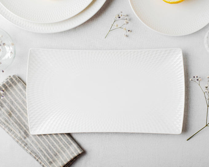 Фото 1 - Белое сервировочное блюдо с тисненым краем.