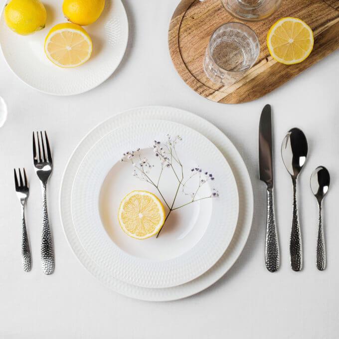 Фото 2 - Глубокая белая тарелка с тисненым краем.