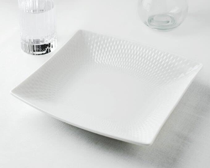 Фото 1 - Белый салатник с тисненым краем.