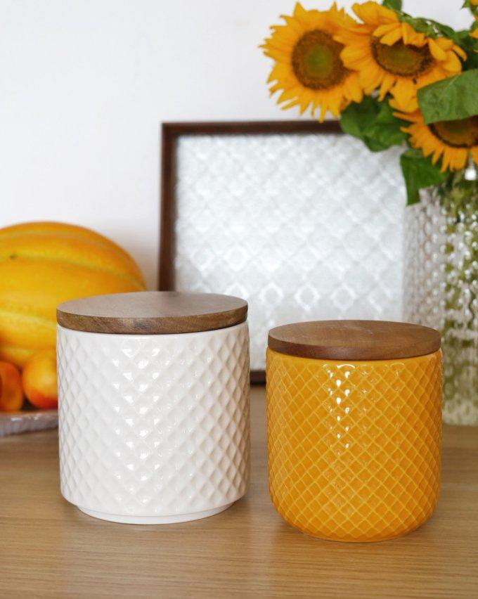 Фото 1 - Белая и желтая керамические баночки.